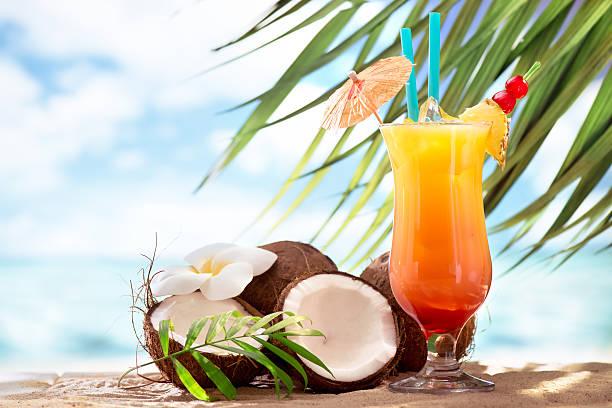 tequila sunrise cocktail on the beach - hindistan cevizi tropik meyve stok fotoğraflar ve resimler