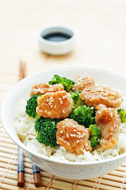 hühnchen-teriyaki und brokkoli pfannengericht mit reis - huhn brokkoli auflauf stock-fotos und bilder