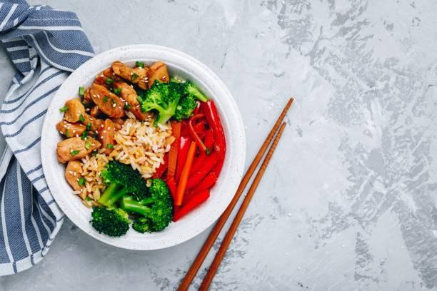 almoço da bacia de buddha da galinha de teriyaki com arroz, brócolis e pimenta de sino vermelha - stir fry - fotografias e filmes do acervo