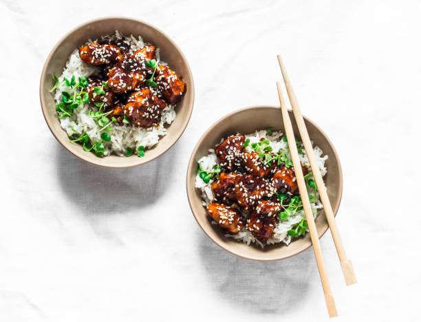 Teriyaki Sauce saftige Hühnerwürfel mit Reis und Mikro-Grüns - köstliche asiatische Stil Mittagessen auf weißem Hintergrund, Top-Ansicht – Foto