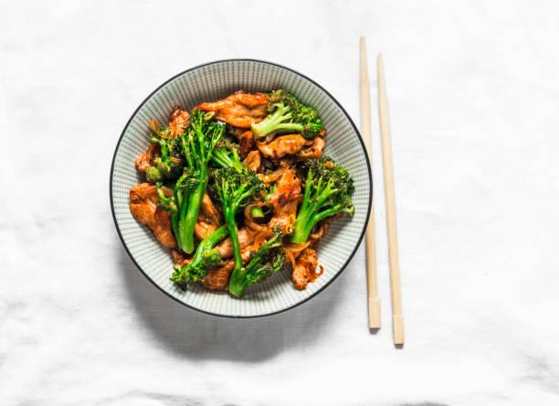Teriyaki rühren Braten Huhn mit Brokkoli und Nudeln auf leichtem Hintergrund, Ansicht von oben. Asiatisches Essen – Foto