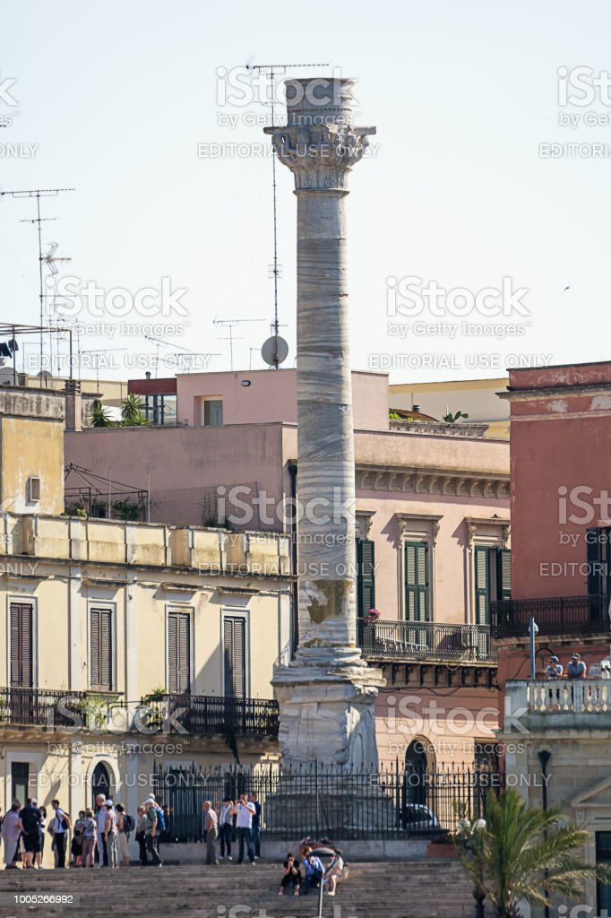 Terminal columns of the ancient Via Appia that begins in Rome and ends in Brindisi (Italy) and tourists visiting - foto stock