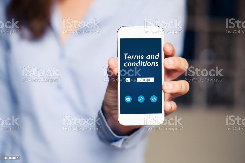 Bepalingen en voorwaarden van het contract in het scherm van een mobiele telefoon. foto