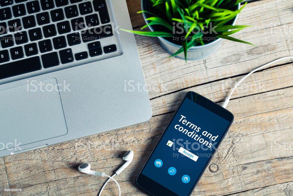 Algemene verkoopvoorwaarden op lijn document in een mobiele telefoon. Bedrijfsconcept. foto