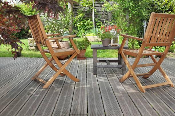 terraza en jardín - foto de stock