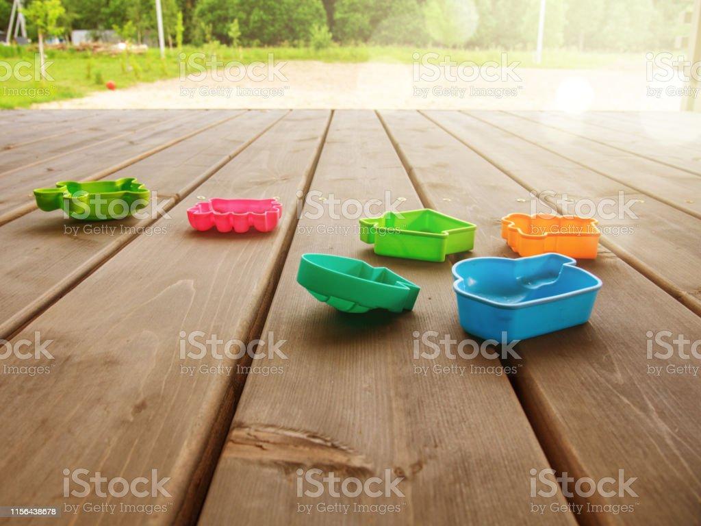 Terraza De Una Casa De Campo Con Juguetes Multicolores Para