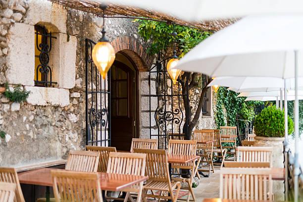 terrasse eines französischen restaurant, saint-paul-de-vence, frankreich - sonnenschirm terrasse stock-fotos und bilder