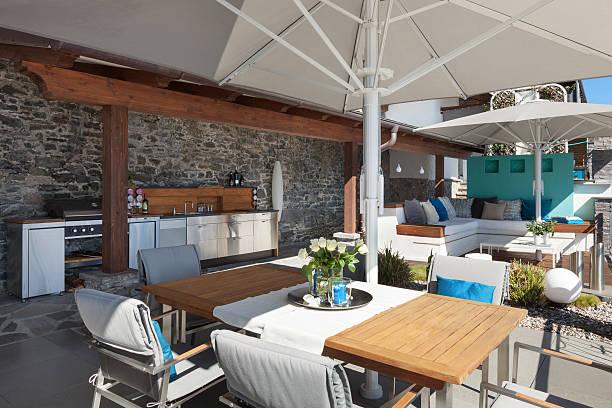 terrasse einer luxus-haus - sonnenschirm terrasse stock-fotos und bilder