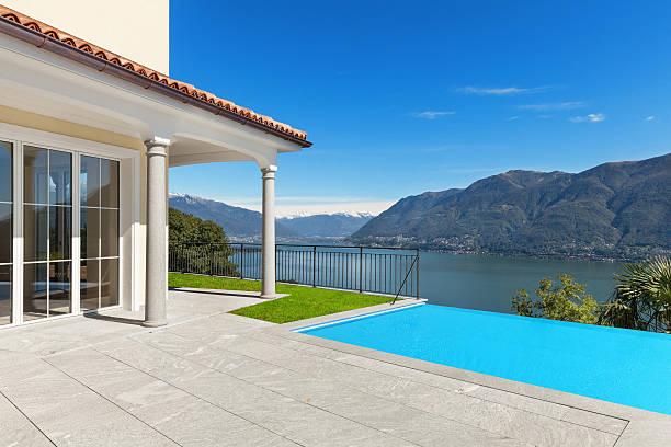 terrasse einer ein haus, außenansicht - naturstein terrasse stock-fotos und bilder
