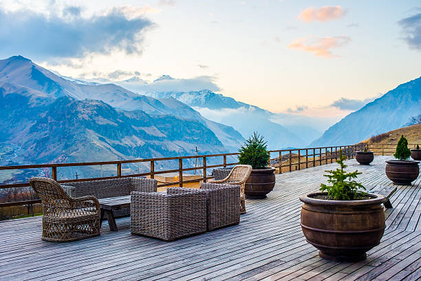 der terrasse - hotel in den bergen stock-fotos und bilder
