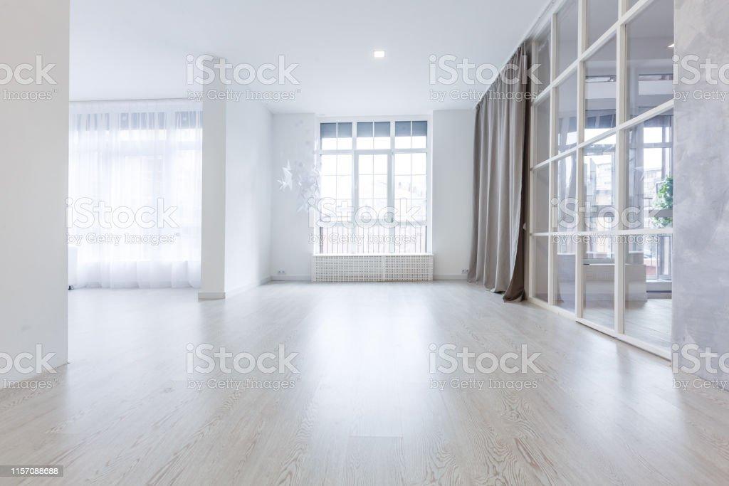 Ventanas De Terraza En Apartamento Nuevo Con Suelo De Madera