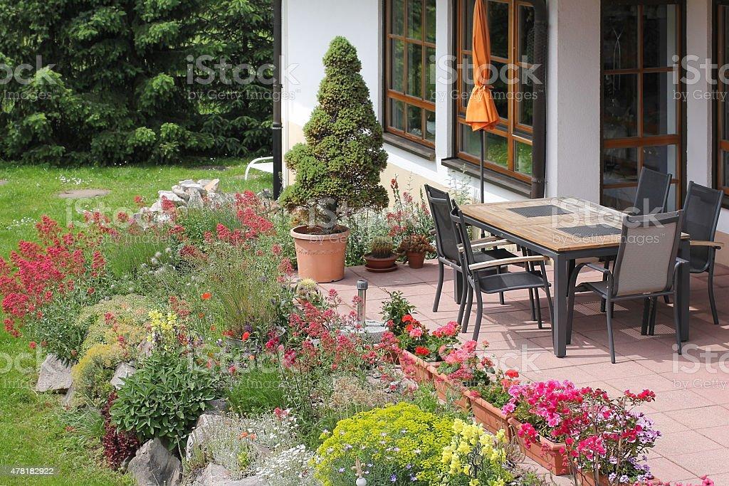Terraza Con Muebles De Jardín Y De Piedra Foto De Stock Y