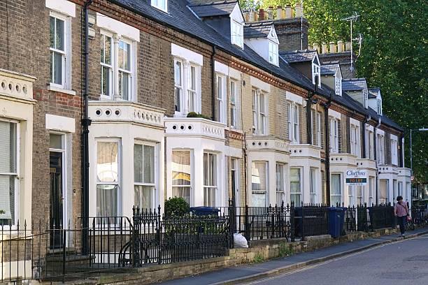 terraced houses in residential street in cambridge, england - schöne englische wörter stock-fotos und bilder