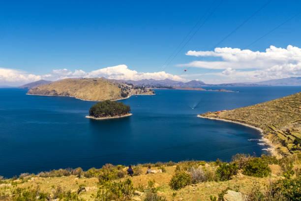チチカカ湖のボリビア側の背景のアンデス山脈とイスラ ・ デル ・ ソルの棚田風景 - チチカカ湖 ストックフォトと画像