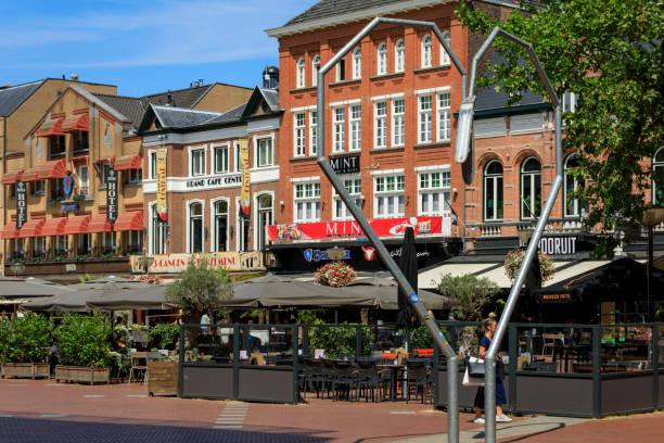terrassen op de markt van eindhoven - eindhoven city stockfoto's en -beelden