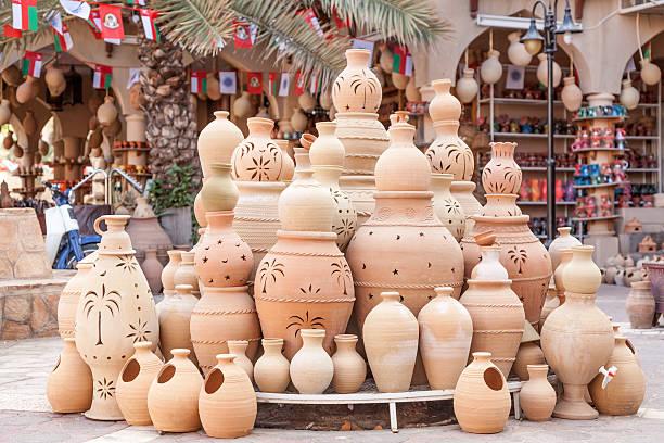 терракотовый горшки для продажи в nizwa, оман - oman стоковые фото и изображения
