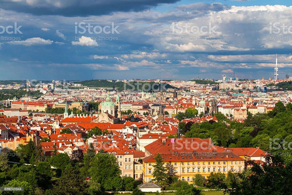Terracota rojo techos de la ciudad de Praga, Praga, República Checa foto de stock libre de derechos