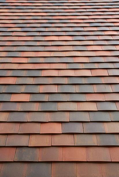 terrakotta-fliesen auf dem dach - dachschräge einrichten stock-fotos und bilder
