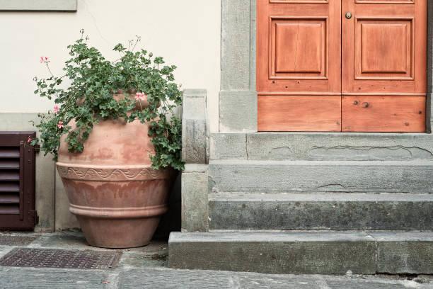 terrakotta-vase vor den toren - blumentopf groß stock-fotos und bilder