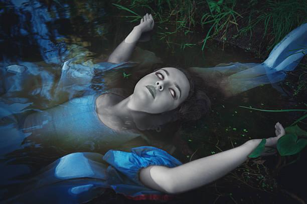 schreckliche toten geister frau - meerjungfrau kleid stock-fotos und bilder