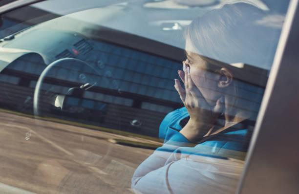 Erschrocken Geschäftsfrau im Auto während der Geschäftsreise. – Foto