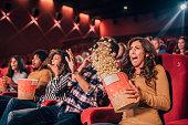 映画館でポップコーンをこぼす恐怖の友人