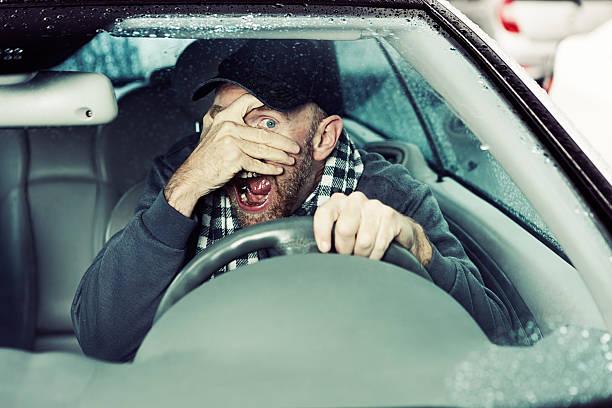 terrifié homme conducteur shields ses yeux de risque probable d'exonération à venir - homme faire coucou voiture photos et images de collection