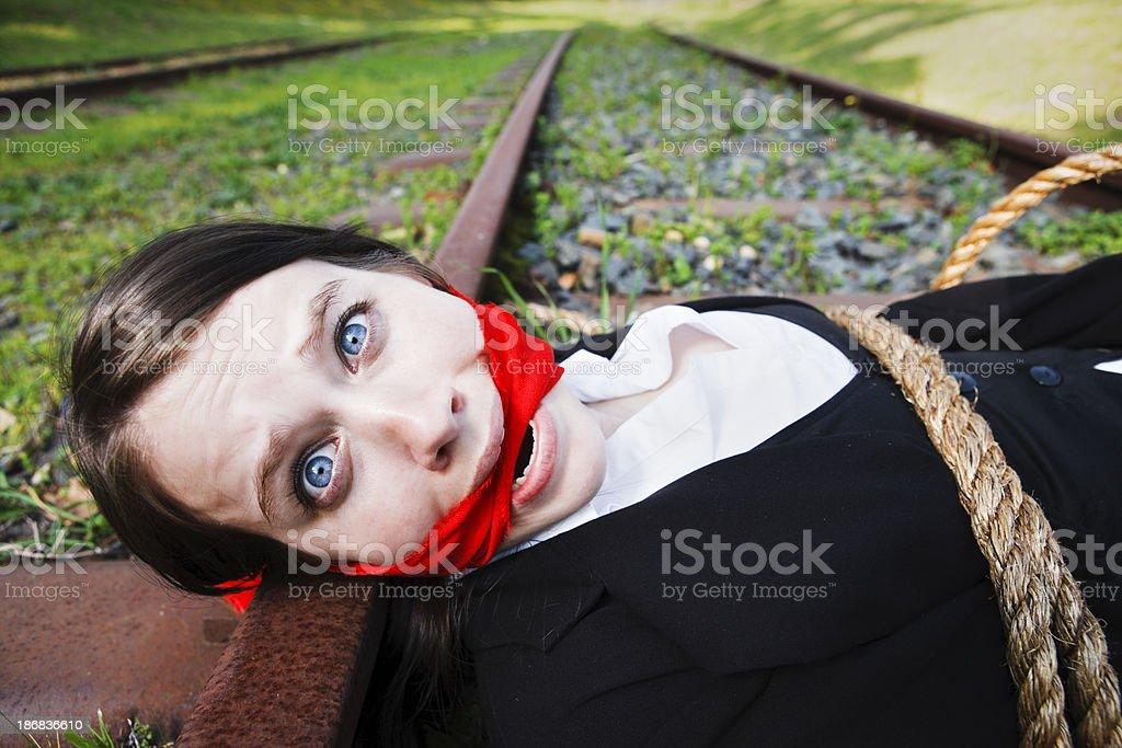 Verängstigt junge Frau, deren und gagged, liegt am railroad track – Foto