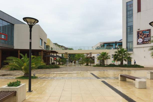 アドラーのマンダリンの領土ショッピング/エンターテイメント センター。初夏の曇りの日 - クラスノダール市 ストックフォトと画像