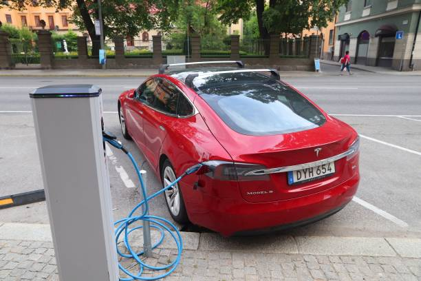 tesla laddar - elbilar laddning sverige bildbanksfoton och bilder