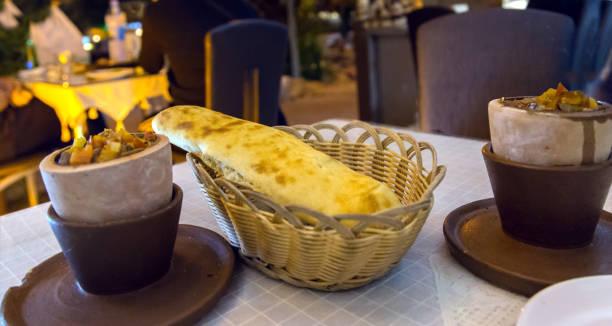 testi kebap ist ein fleisch und gemüsegericht langsam in einen verschlossenen tontopf gekocht. - ein topf wunder stock-fotos und bilder