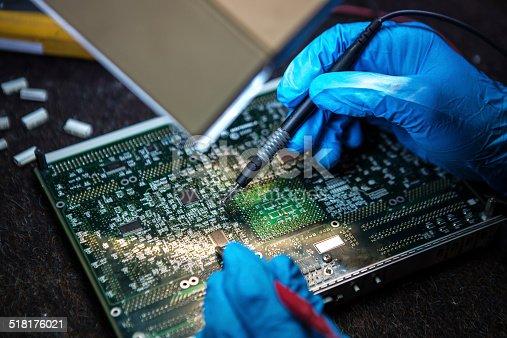 istock Tests electronic equipment. 518176021