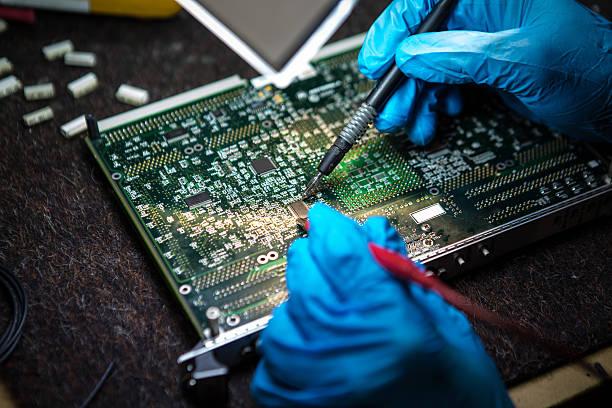 badania sprzętu elektronicznego. - przemysł elektroniczny zdjęcia i obrazy z banku zdjęć