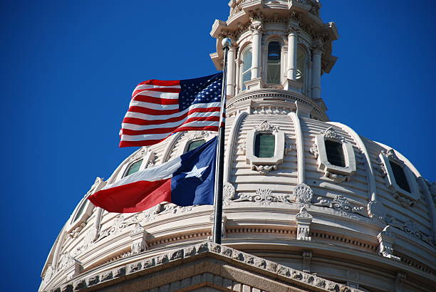 texas capitol with flags - 柱頭 個照片及圖片檔