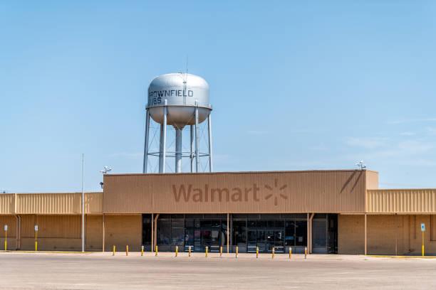 Texas countryside industrial town with old vintage rundown walmart picture id1161629414?b=1&k=6&m=1161629414&s=612x612&w=0&h=neunvm1gkiutg3odifg m4t4ebk8yosukrfkpfnvi08=