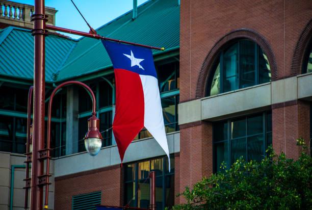 texas-flagge, nach hurrikan harvey zerstört houston texas morning sunrise - houston texas stock-fotos und bilder