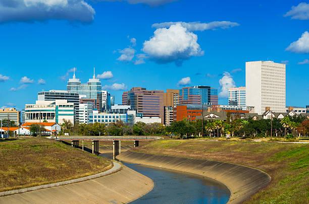 texas medical center und die skyline der stadt und wolken - houston texas stock-fotos und bilder