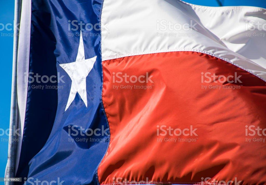 Texas estado bandera ondeando en el viento con el sol perfecto - foto de stock