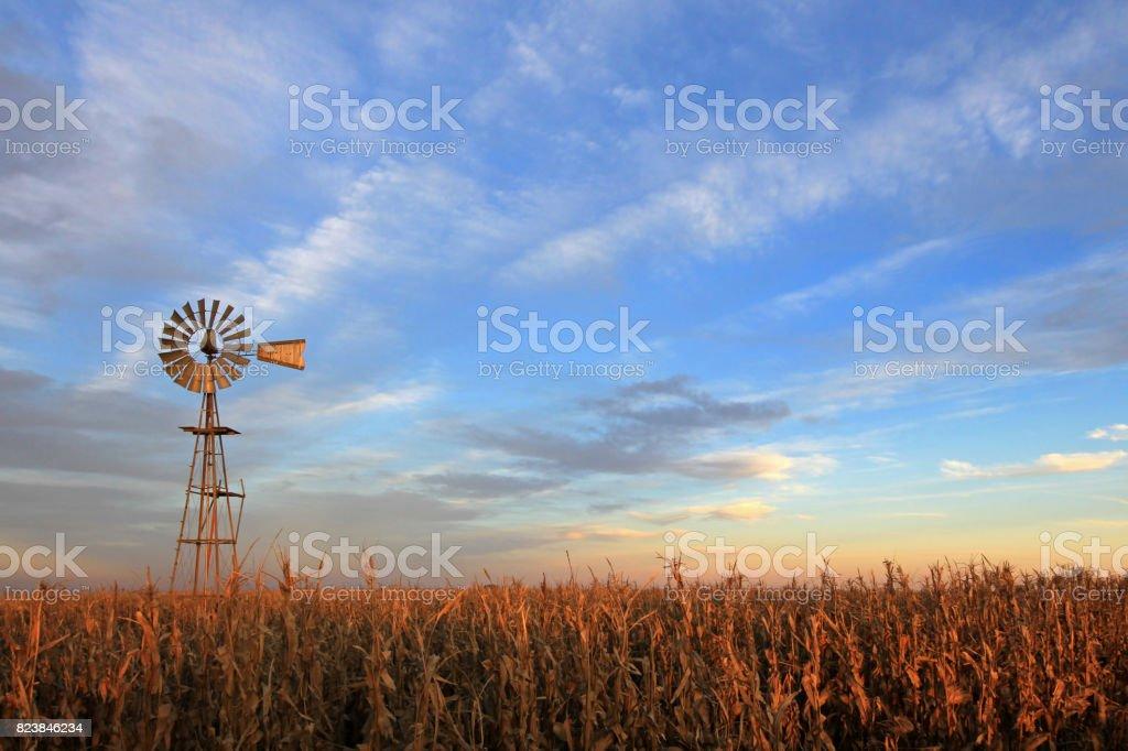 Teksas tarzı westernmill fırıldak günbatımı, Arjantin - Royalty-free Alacakaranlık Stok görsel