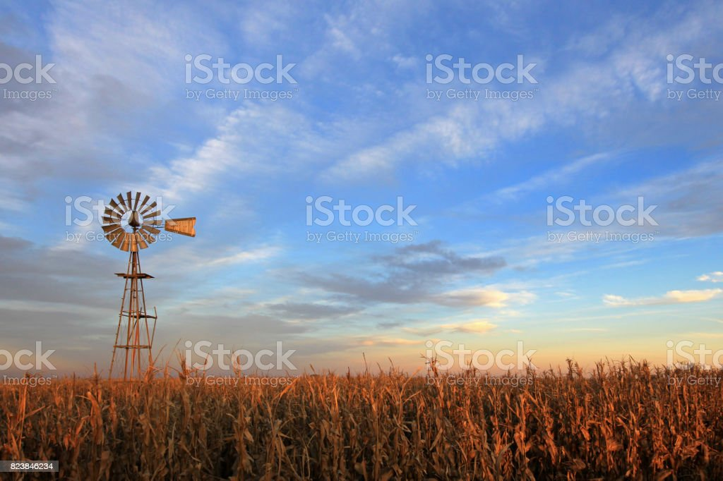 Moinho de westernmill de estilo Texas ao pôr do sol, Argentina foto de stock royalty-free