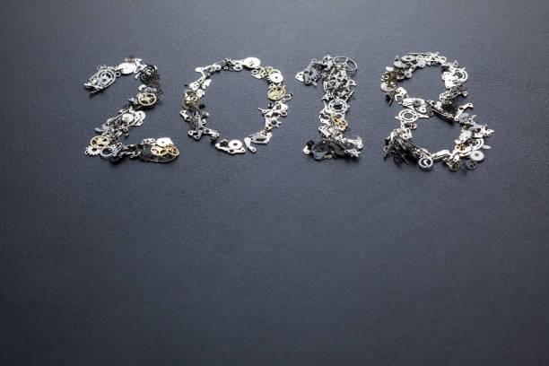 text-2018 mit metall uhrwerk auf tafel geschrieben - frohes neues jahr stock-fotos und bilder