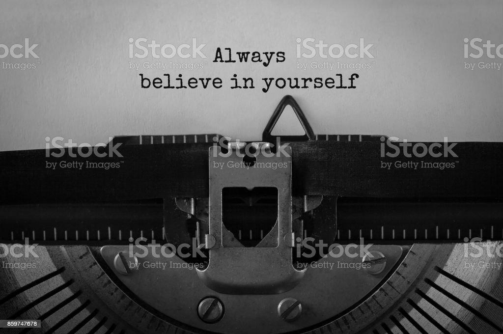Texte toujours croire en soi tapé sur machine à écrire rétro - Photo