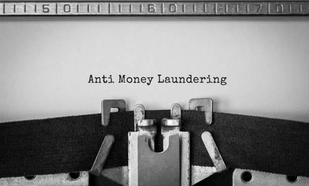 Text Anti Money Laundering getippt auf Retro-Schreibmaschine – Foto