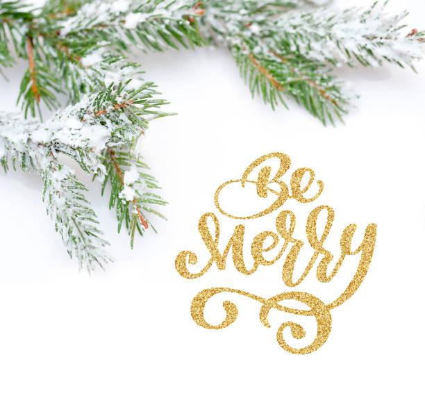 text werden merry der weihnachtsbaum im schnee, auf weißem hintergrund. foto-modell flach legen, top aussicht - zitate weihnachten stock-fotos und bilder