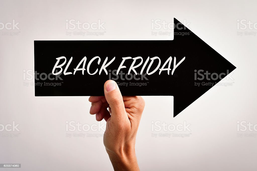 text black friday in an arrow-shaped signboard foto de stock royalty-free