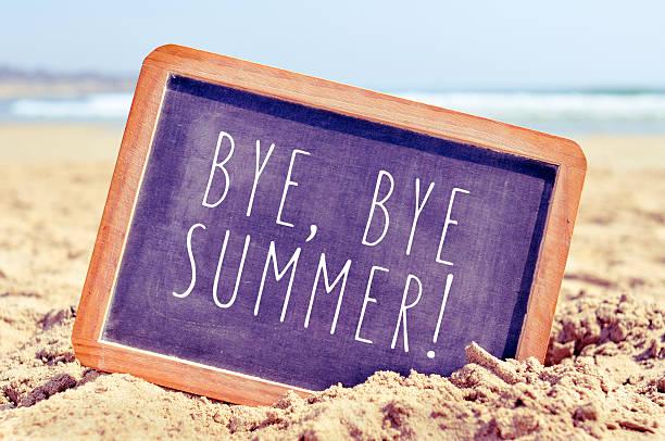 texto bye, bye verão em um quadro-negro na praia - despedida - fotografias e filmes do acervo