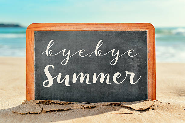 text bye, bye sommer in einer tafel am strand - trennungssprüche stock-fotos und bilder