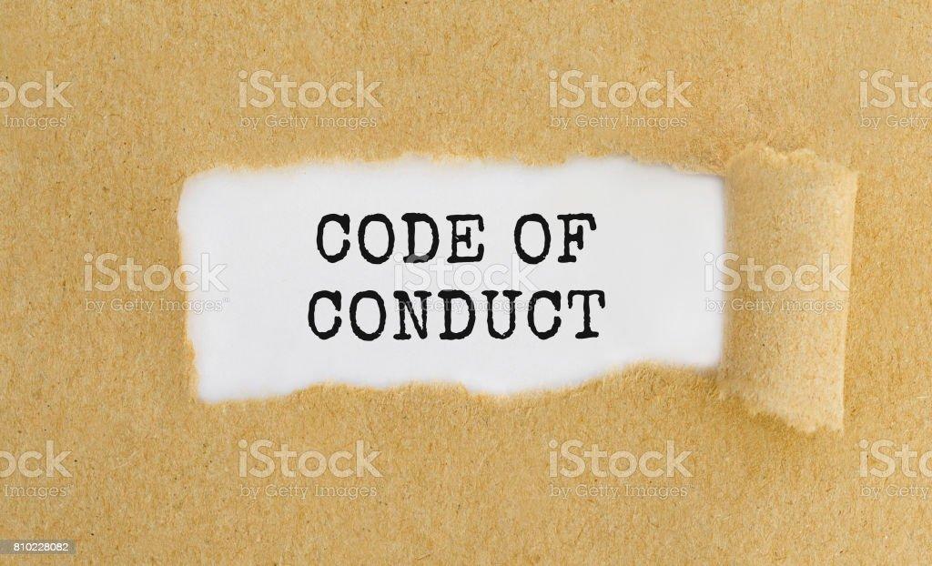Texto código de conducta que aparecen atrás arrancó el papel marrón. - foto de stock