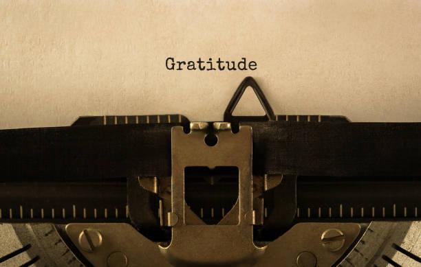 Text Dankbarkeit auf Retro-Schreibmaschine getippt – Foto