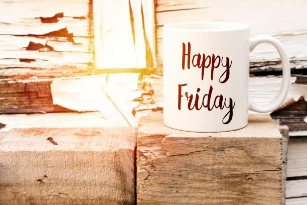 text glücklich freitag auf aromatischen kaffee auf holzwürfel - freitag stock-fotos und bilder